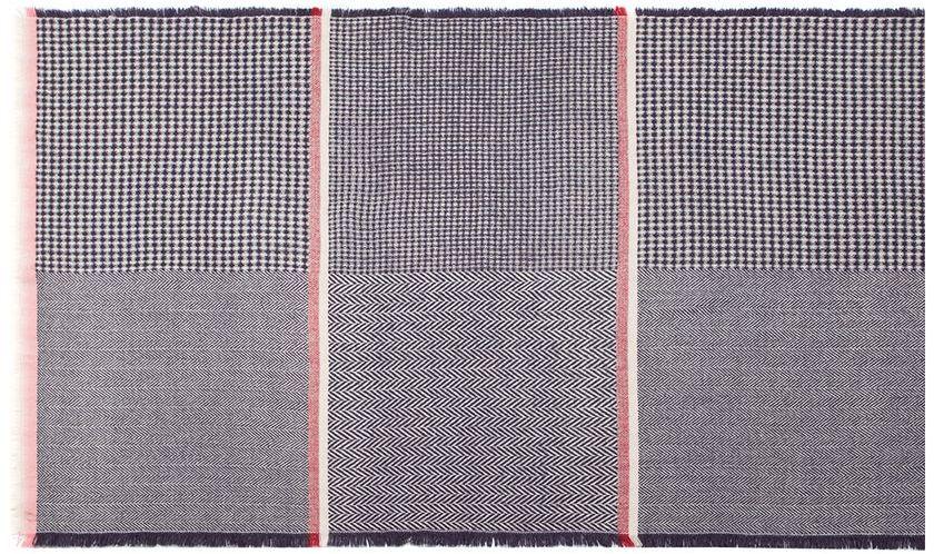 LG41-566Палантин от Labbra изготовлен из шерсти и оформлен геометрическим принтом. Изделие с боковой фабричной закрепкой, края декорированы бахромой.