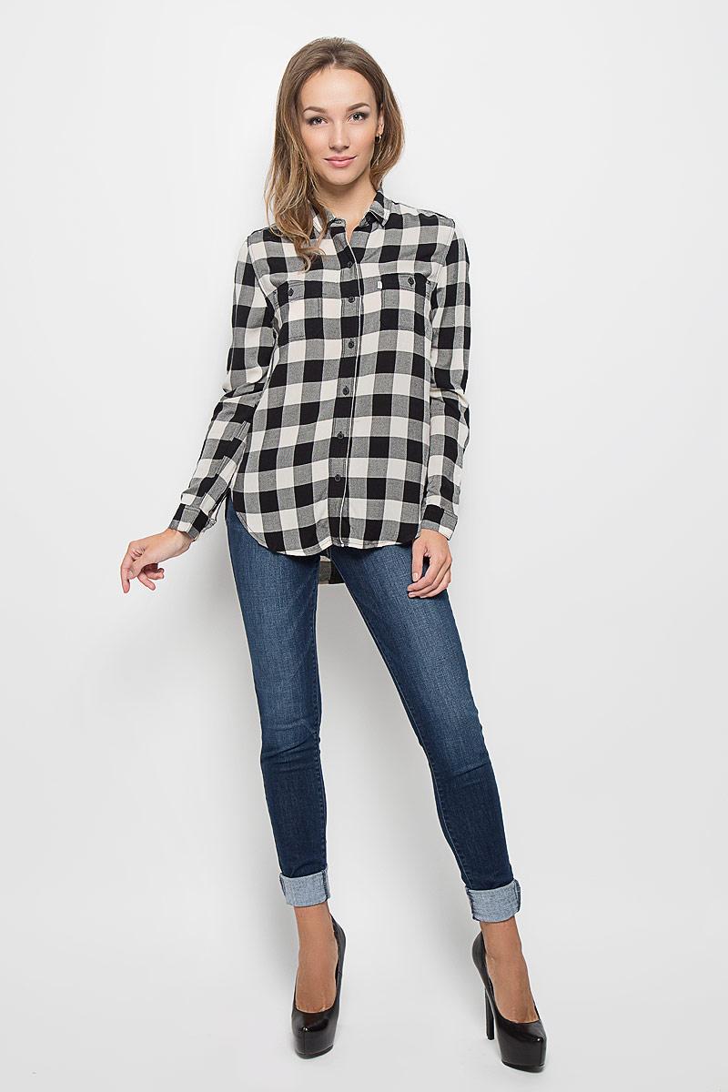 Рубашка женская. 26309000202630900020Стильная женская рубашка Levis®, выполненная из натурального хлопка, прекрасно подойдет для повседневной носки. Материал очень мягкий и приятный на ощупь, не сковывает движения и позволяет коже дышать. Рубашка с отложным воротником и длинными рукавами застегивается на пуговицы по всей длине. Низ рукавов обработан манжетами на пуговицах. Спереди модель дополнена двумя накладными карманами на пуговицах. Изделие оформлено принтом в клетку. По бокам имеются небольшие декоративные разрезы. Такая рубашка будет дарить вам комфорт в течение всего дня и станет модным дополнением к вашему гардеробу.
