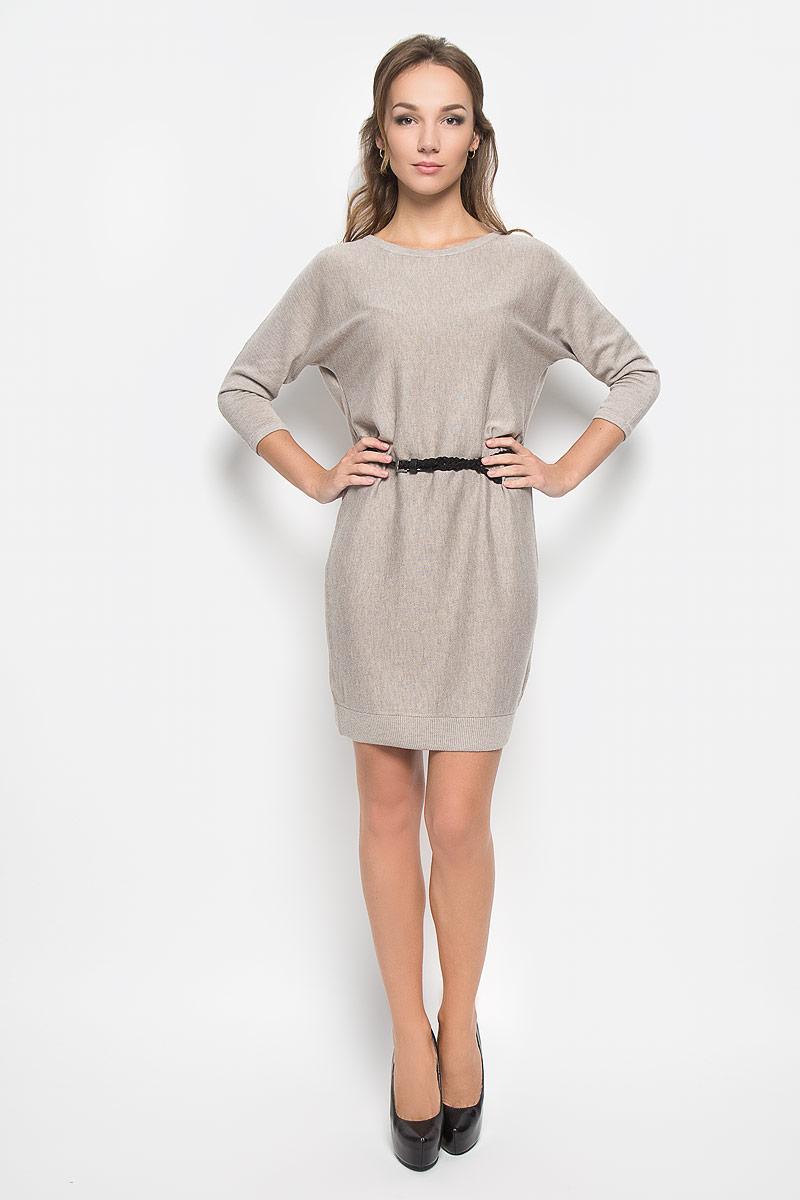 ПлатьеDSw-117/1038-6393Легкое трикотажное платье Sela, изготовленное из высококачественного комбинированного материала, поможет создать привлекательный образ. Материал изделия мягкий, тактильно приятный, позволяет коже дышать. Модель с круглым вырезом горловины и цельнокроеными рукавами длинной 3/4 сзади застегивается на пуговицу. Платье дополнено тонким, текстильным пояском. Такое платье будет дарить вам комфорт в течение всего дня, и послужит замечательным дополнением к вашему гардеробу.