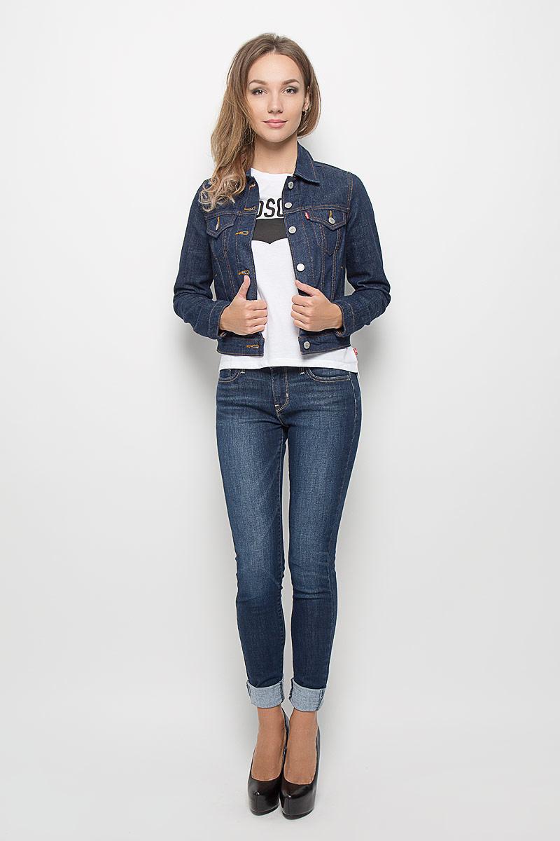 Куртка джинсовая женская. 70270014807027001480Стильная джинсовая куртка Levis®, выполненная из натурального хлопка с небольшим добавлением эластана, отличный вариант для прохладной погоды. Модель с отложным воротником и длинными рукавами застегивается на металлические пуговицы по всей длине. Спереди изделие оформлено двумя карманами с клапанами на пуговицах и двумя открытыми прорезными карманами. Рукава понизу дополнены манжетами, застегивающимися на пуговицы. Объем низа изделия регулируется при помощи хлястиков с пуговицами. Эта куртка - практичная вещь, которая, несомненно, впишется в ваш гардероб, в ней вы будете чувствовать себя уютно и комфортно.