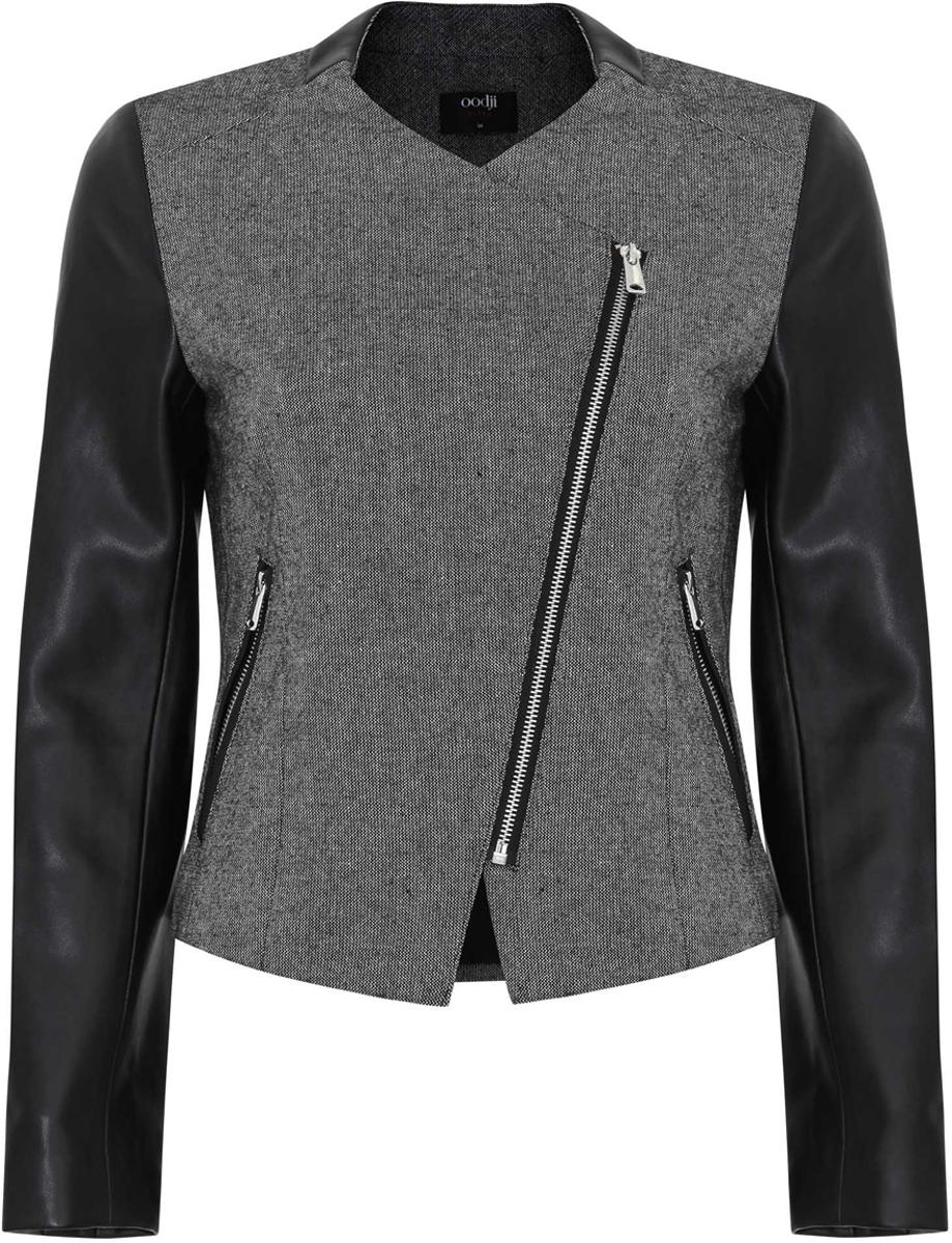 Куртка11200284-1/31288/2329BЖенская куртка oodji Ultra выполнена их высококачественного комбинированного материала. Рукава модели выполнены из искусственной кожи. В качестве подкладки используется полиэстер. Модель с круглым вырезом горловины застегивается на ассиметричную застежку-молнию. Спереди расположено два прорезных кармана на застежках-молниях. Куртка декорирована вставками из искусственной кожи.
