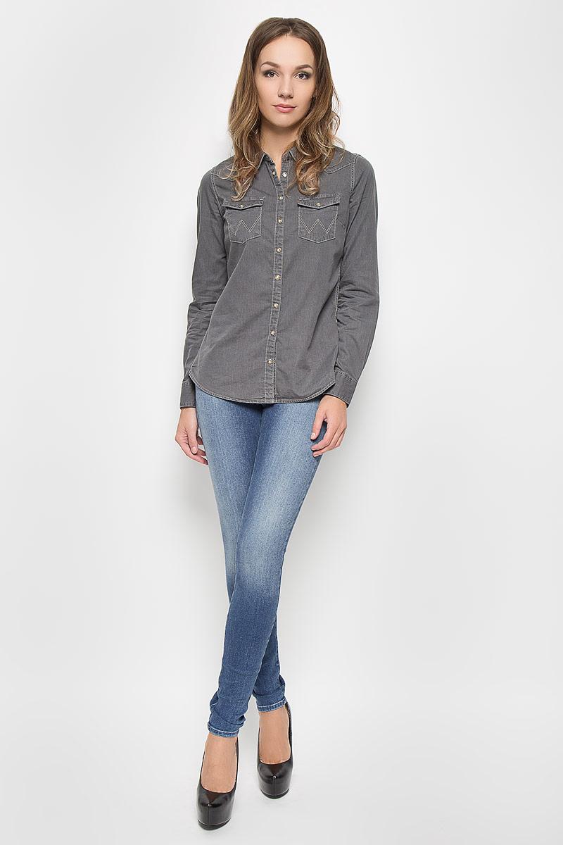 ДжинсыW25FX779IСтильные женские джинсы Wrangler Corynn созданы специально для того, чтобы подчеркивать достоинства вашей фигуры. Модель зауженного кроя и средней посадки станет отличным дополнением к вашему современному образу. Застегиваются джинсы на пуговицу в поясе и ширинку на застежке-молнии, имеются шлевки для ремня. Спереди модель оформлена двумя втачными карманами и одним небольшим секретным кармашком, а сзади - двумя накладными карманами. Эти модные и в тоже время комфортные джинсы послужат отличным дополнением к вашему гардеробу. В них вы всегда будете чувствовать себя уютно и комфортно.