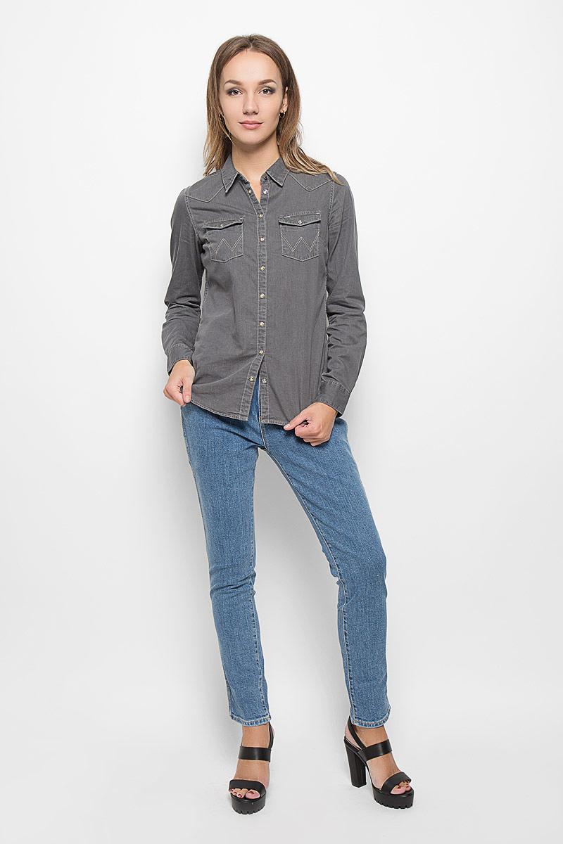 Джинсы женские. W27MBS85IW27MBS85IСтильные женские джинсы Wrangler созданы специально для того, чтобы подчеркивать достоинства вашей фигуры. Модель слегка зауженного к низу кроя, средней посадки и с заниженной ластовицей станет отличным дополнением к вашему современному образу. Застегиваются джинсы на пуговицу в поясе и ширинку на застежке-молнии, имеются шлевки для ремня. Спереди модель оформлены двумя втачными карманами и одним небольшим секретным кармашком, а сзади - двумя накладными карманами. Эти модные и в тоже время комфортные джинсы послужат отличным дополнением к вашему гардеробу. В них вы всегда будете чувствовать себя уютно и комфортно.