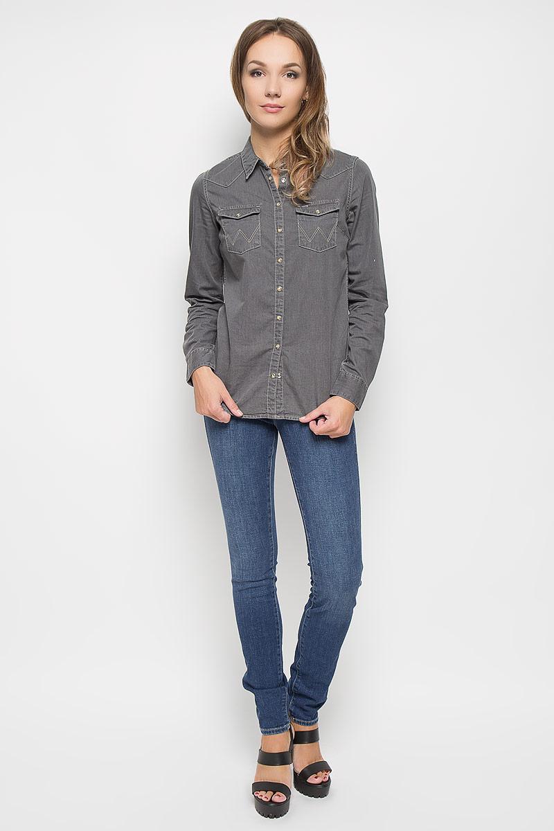 ДжинсыW26E9179HСтильные женские джинсы выполнены из качественного комбинированного материала. Модель зауженного к низу кроя со стандартной посадкой на талии. Джинсы застегиваются на металлическую пуговицу в поясе и ширинку на застежке-молнии, имеются шлевки для ремня. Изделие дополнено спереди двумя втачными карманами и одним маленьким накладным кармашком, а сзади - двумя накладными карманами. Оформлена модель контрастной прострочкой и эффектом потертости.