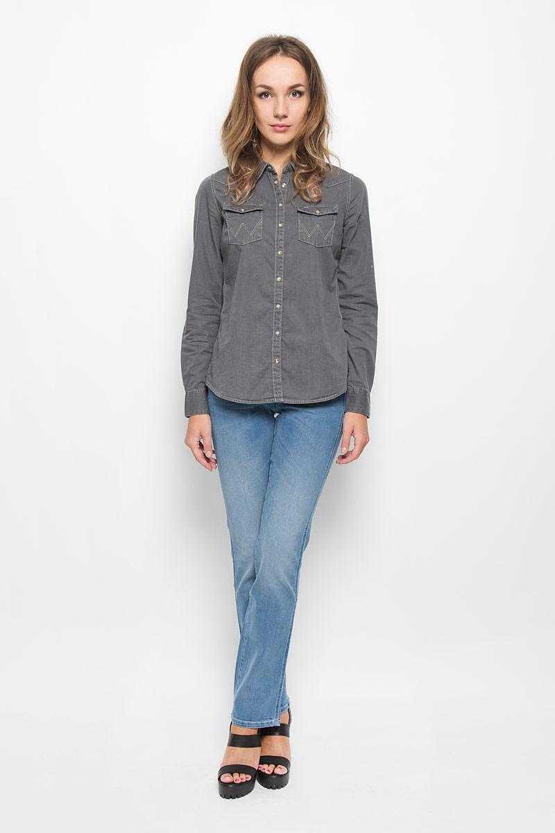 ДжинсыW25Z8972NСтильные женские джинсы Wrangler Sara Narrow подчеркнут ваш уникальный стиль и помогут создать оригинальный женственный образ. Модель выполнена из высококачественного эластичного хлопка, что обеспечивает комфорт и удобство при носке. Джинсы прямого кроя и стандартной посадки застегиваются на пуговицу в поясе и ширинку на застежке-молнии. На поясе предусмотрены шлевки для ремня. Джинсы имеют классический пятикарманный крой: спереди модель оформлена двумя втачными карманами и одним маленьким накладным кармашком, а сзади - двумя накладными карманами. Модель оформлена перманентными складками и эффектом потертости. Эти модные и в тоже время комфортные джинсы послужат отличным дополнением к вашему гардеробу.