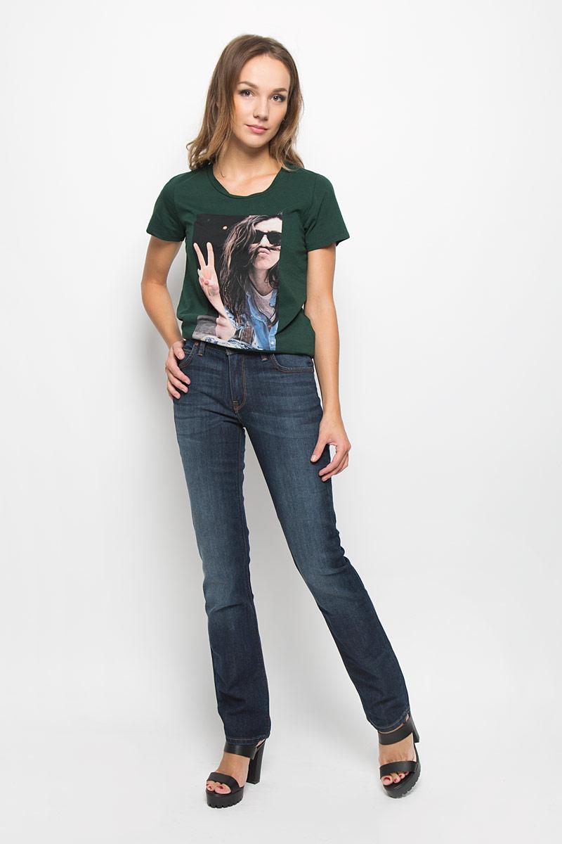 ДжинсыL301AAKSСтильные женские джинсы Lee Marion Straight подчеркнут ваш уникальный стиль и помогут создать оригинальный женственный образ. Модель выполнена из высококачественного эластичного хлопка, что обеспечивает комфорт и удобство при носке. Джинсы прямого кроя и стандартной посадки застегиваются на пуговицу в поясе и ширинку на застежке-молнии. На поясе предусмотрены шлевки для ремня. Джинсы имеют классический пятикарманный крой: спереди модель оформлена двумя втачными карманами и одним маленьким накладным кармашком, а сзади - двумя накладными карманами. Модель оформлена контрастной прострочкой, перманентными складками и эффектом потертости. Эти модные и в тоже время комфортные джинсы послужат отличным дополнением к вашему гардеробу.
