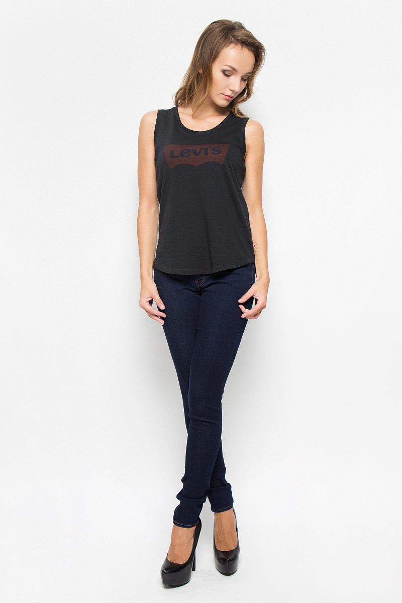 Джинсы1888100000Стильные женские джинсы Levis® 711 станут отличным дополнением к вашему гардеробу. Изготовленные из высококачественного комбинированного материала, они мягкие и приятные на ощупь, не сковывают движения и позволяют коже дышать. Джинсы-скинни средней посадки по поясу застегиваются на металлическую пуговицу и имеют ширинку на застежке-молнии, а также шлевки для ремня. Модель имеет классический пятикарманный крой: спереди - два втачных кармана и один маленький накладной, а сзади - два накладных кармана. Современный дизайн и расцветка делают эти джинсы модным предметом одежды. Это идеальный вариант для тех, кто хочет заявить о себе и своей индивидуальности и отразить в имидже собственное мировоззрение.