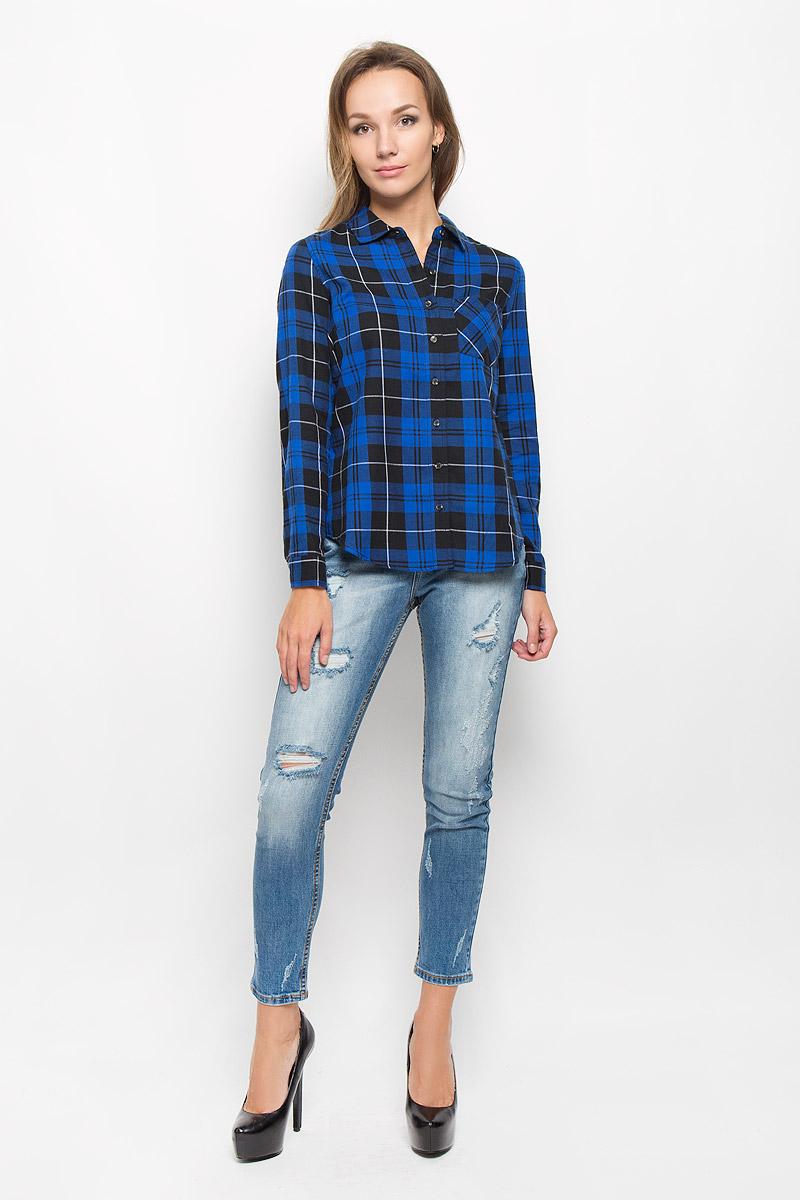 РубашкаB-312/1103-6414Женская рубашка Sela Casual, выполненная из натурального хлопка, идеально подойдет для повседневной носки. Материал изделия приятный на ощупь, не стесняет движений и позволяет коже дышать, обеспечивая комфорт. Модель с отложным воротником и длинными рукавами застегивается на пуговицы. Манжеты также имеют застежки-пуговицы. На груди расположен накладной карман. Рубашка оформлена актуальным принтом в клетку. Такая рубашка подчеркнет ваш вкус и поможет создать стильный образ!