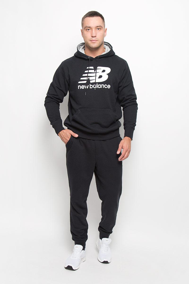 MP63560/AGУдобные мужские спортивные брюки New Balance великолепно подойдут для отдыха, повседневной носки, а также для занятий спортом. Модель прямого кроя и средней посадки изготовлена из хлопка с добавлением полиэстера, благодаря чему великолепно пропускает воздух, обладает высокой гигроскопичностью и превосходно сидит, обеспечивая вам комфорт даже во время интенсивных тренировок. Брюки имеют широкую эластичную резинку на поясе, объем талии регулируется при помощи шнурка-кулиски. Брючины дополнены трикотажными манжетами. Изделие дополнено двумя втачными карманами спереди, а также украшено принтом с изображением логотипа производителя. Эти модные и в то же время удобные брюки - настоящее воплощение комфорта. В них вы всегда будете чувствовать себя уверенно и уютно и непременно достигнете новых спортивных высот.