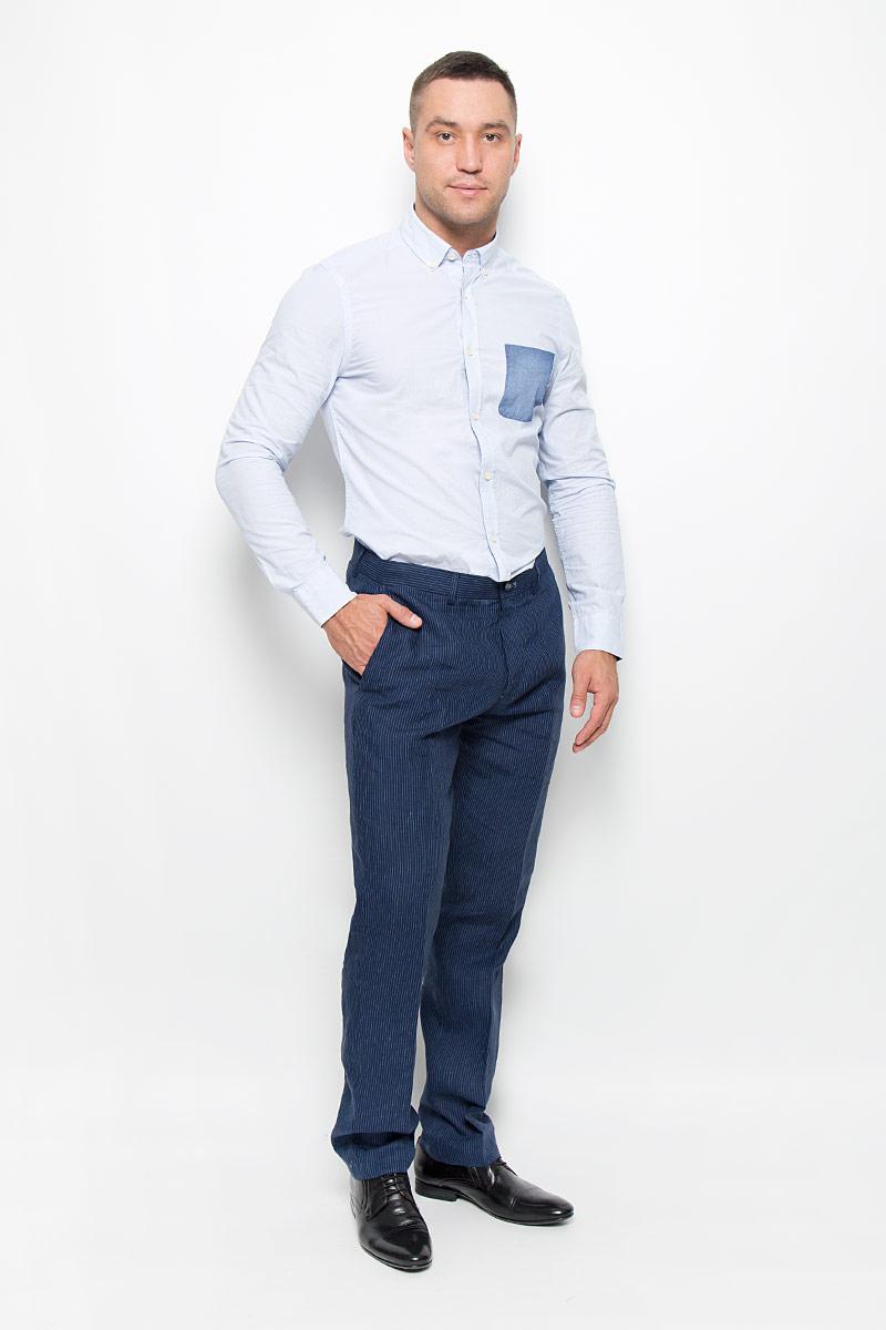 MX3020384_MN_PNT_003Стильные мужские брюки Mexx высочайшего качества подходят большинству мужчин. Модель слегка зауженного к низу кроя и средней посадки станет отличным дополнением к вашему современному образу. На поясе модель застегивается на пластиковую пуговицу и имеет ширинку на застежке-молнии, также имеются шлевки для ремня. Спереди модель дополнена двумя втачными карманами с косыми срезами, а сзади - двумя прорезными. Брюки оформлены принтом в вертикальную полоску. Эти модные и комфортные брюки послужат отличным дополнением к вашему гардеробу.