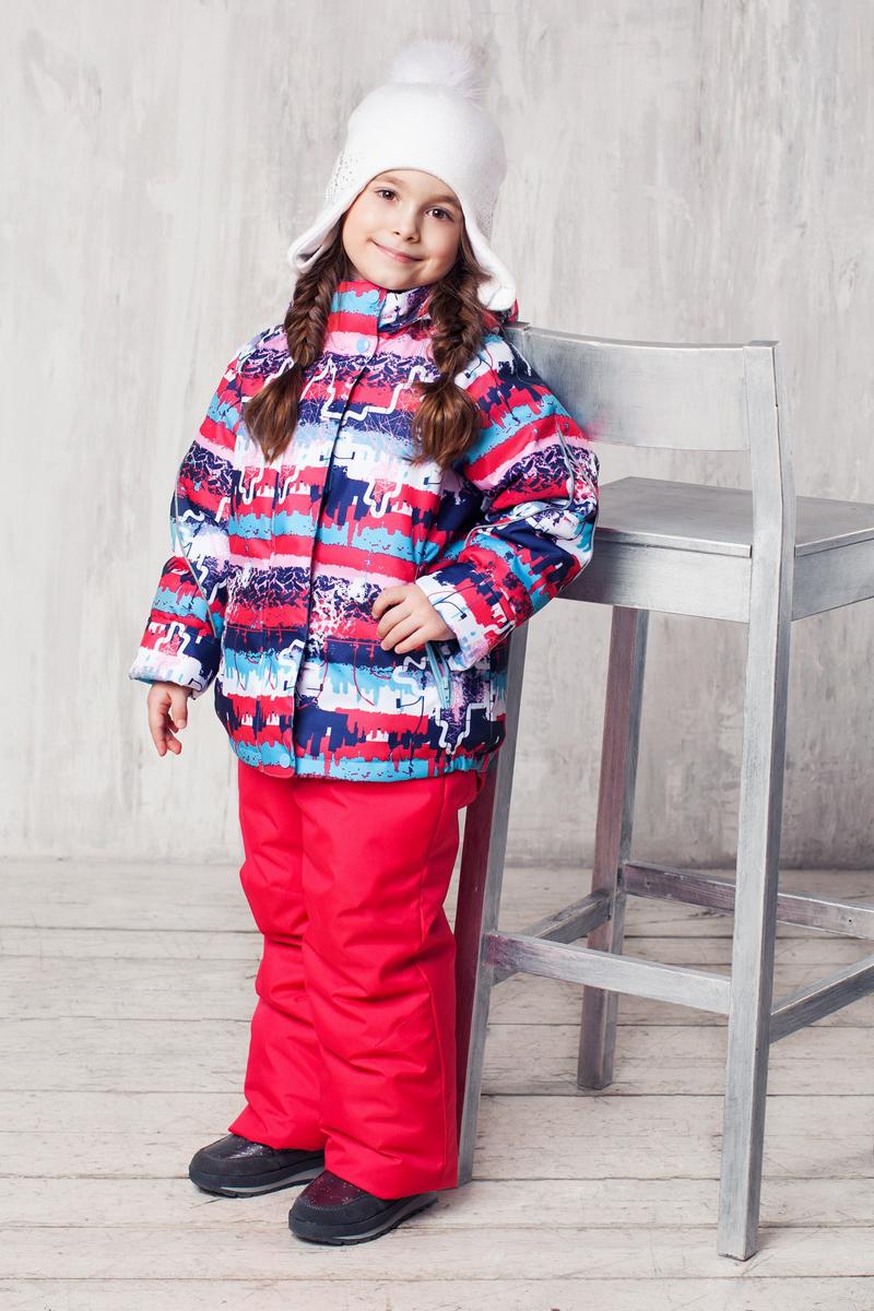 Комплект верхней одежды1КС1624Высокопрочный костюм из зимней коллекции JICCO by OLDOS оснащен всем самым необходимым для комфортной носки. Пропитка Teflon защитит от грязи и воды, увеличивает износостойкость и облегчает уход. Мембрана 2000/2000 делает костюм дышащим и обеспечивает водонепроницаемость. Гипоаллергенный утеплитель HOLLOFAN 300/150 г - эффективно удерживает тепло, не впитывает влагу и запах. Флисовая подкладка в области груди, спины и воротника, в рукавах и полукомбинезоне гладкий полиэстер для легкости одевания. Костюм может расти вместе с ребенком за счет отворотов. По краю капюшона и низу куртки вшита резинка, обеспечивающая лучшее прилегание. Противоснежные муфты, трикотажные манжеты, ветрозащитные планки и воротник-стойка прекрасно защитят от снега и ветра. Полукомбинезон хорошо закрывает грудку и спинку ребенка, а широкие эластичные лямки легко регулируются по высоте. Карманы в куртке на молнии, в полукомбинезоне карманов нет. Есть светоотражающие элементы. Температура -30 С...+0 С.