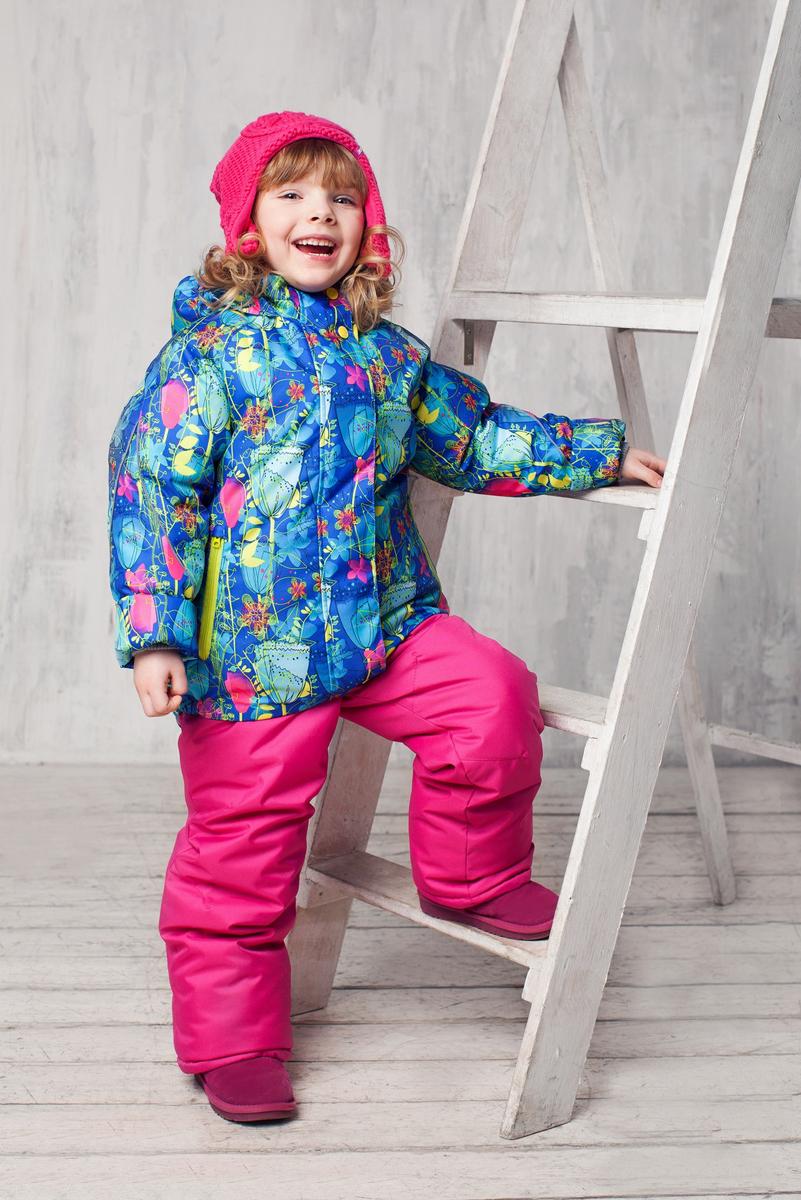 Комплект верхней одежды1КС1626Яркий комплект для девочки Jicco by Oldos Хлоя состоит из куртки и полукомбинезона. Комплект выполнен из водонепроницаемой и ветрозащитной ткани. Грязеотталкивающее покрытие Teflon повышает износостойкость модели, что обеспечивает ей хороший внешний вид на всем протяжении носки. В качестве наполнителя используется холлофан - легкий антиаллергенный материал, который обладает отличной терморегуляцией. Изделие легко стирается и быстро сохнет. Куртка с капюшоном и воротником-стойкой застегивается на пластиковую молнию с защитой подбородка и внешней ветрозащитной планкой на липучках и кнопках. Подкладка куртки (кроме рукавов) выполнена из теплого и мягкого флиса. Несъемный капюшон присборен по краям на резинки. Рукава дополнены трикотажными эластичными манжетами. Снизу по бокам куртка собрана на резинки. Спереди расположены два прорезных кармана на застежках-молниях. Полукомбинезон застегивается на пластиковую молнию. Подкладка полукомбинезона выполнена из гладкой...