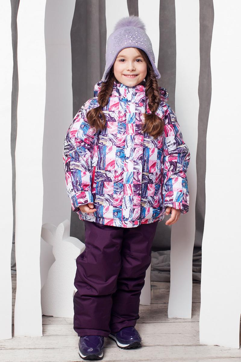 Комплект одежды для девочки Юта. 1КС16291КС1629Высокопрочный костюм из зимней коллекции JICCO by OLDOS оснащен всем самым необходимым для комфортной носки. Пропитка Teflon защитит от грязи и воды, увеличивает износостойкость и облегчает уход. Мембрана 2000/2000 делает костюм дышащим и обеспечивает водонепроницаемость. Гипоаллергенный утеплитель HOLLOFAN 300/150 г - эффективно удерживает тепло, не впитывает влагу и запах. Флисовая подкладка в области груди, спины и воротника, в рукавах и полукомбинезоне гладкий полиэстер для легкости одевания. Костюм может расти вместе с ребенком за счет отворотов. По краю капюшона и низу куртки вшита резинка, обеспечивающая лучшее прилегание. Противоснежные муфты, трикотажные манжеты, ветрозащитные планки и воротник-стойка прекрасно защитят от снега и ветра. Полукомбинезон хорошо закрывает грудку и спинку ребенка, а широкие эластичные лямки легко регулируются по высоте. Карманы в куртке на молнии, в полукомбинезоне карманов нет. Есть светоотражающие элементы. Температура -30 С...+0 С.