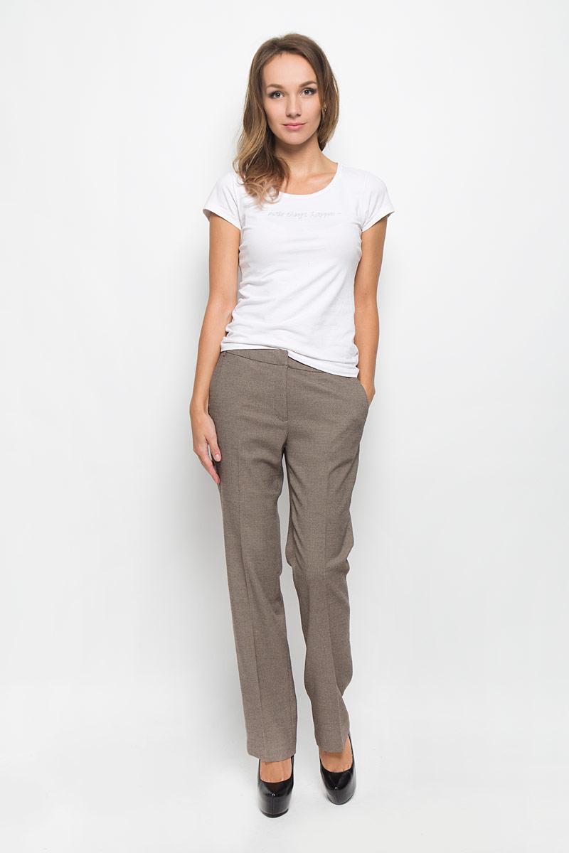 БрюкиB296538Классические женские брюки Baon займут достойное место в вашем гардеробе. Они изготовлены из полиэстера с добавлением вискозы и эластана. Ткань приятная на ощупь, не сковывает движений и хорошо пропускает воздух. Брюки прямого кроя застегиваются спереди на пуговицу и металлические крючки, а также имеют ширинку на застежке-молнии. На поясе предусмотрены шлевки для ремня. Спереди расположены два втачных кармана. Сзади имеется имитация прорезных карманов. Эта модель подарит вам комфорт в течение всего дня!