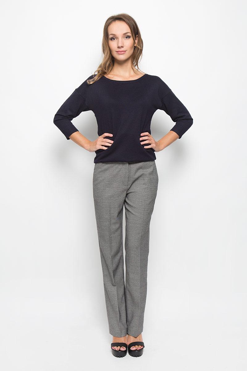 B296538Классические женские брюки Baon займут достойное место в вашем гардеробе. Они изготовлены из полиэстера с добавлением вискозы и эластана. Ткань приятная на ощупь, не сковывает движений и хорошо пропускает воздух. Брюки прямого кроя застегиваются спереди на пуговицу и металлические крючки, а также имеют ширинку на застежке-молнии. На поясе предусмотрены шлевки для ремня. Спереди расположены два втачных кармана. Сзади имеется имитация прорезных карманов. Эта модель подарит вам комфорт в течение всего дня!