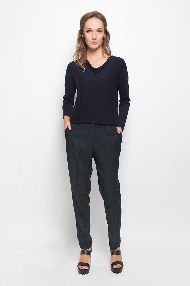 B296517Стильные женские брюки Baon займут достойное место в вашем гардеробе. Они изготовлены из полиэстера и вискозы. Ткань приятная на ощупь, не сковывает движений и хорошо пропускает воздух. Брюки-бананы застегиваются спереди на пуговицу и металлические крючки, а также имеют ширинку на застежке-молнии. На поясе предусмотрены шлевки для ремня. Спереди расположены два втачных кармана. Сзади имеется имитация прорезных карманов. Брючины дополнены декоративными отворотами. Оформлено изделие принтом в клетку. Эта модель подарит вам комфорт в течение всего дня!