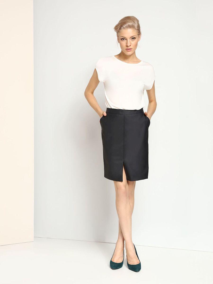 SSD0995GRЭффектная юбка Top Secret выполнена из высококачественного полиуретана. Юбка-карандаш средней длины застегивается на застежку-молнию, расположенную сзади. Модель дополнена двумя втачными карманами. Спереди нижняя часть юбки оформлена разрезом.