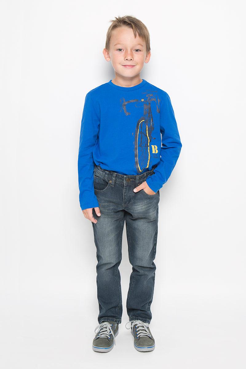 Джинсы для мальчика Denim. PJ-835/854-6342PJ-835/854-6342Стильные джинсы для мальчика Sela Denim идеально подойдут юному моднику для отдыха и прогулок. Изготовленные из натурального хлопка, они мягкие и приятные на ощупь, не сковывают движения и позволяют коже дышать, обеспечивая наибольший комфорт. Джинсы прямого кроя, на талии застегиваются на металлическую пуговицу и имеют ширинку на застежке-молнии, а также шлевки для ремня. С внутренней стороны пояс регулируется скрытой резинкой на пуговицах. Модель имеет классический пятикарманный крой: спереди - два втачных кармана и один маленький накладной, а сзади - два накладных кармана. Оформлено изделие легким эффектом потертости и перманентными складками. Современный дизайн и расцветка делают эти джинсы модным предметом детской одежды. В них ребенок всегда будет в центре внимания!