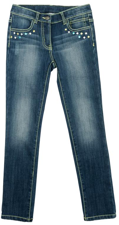 Брюки для девочек. 364158364158Удобные джинсы со стильными потертостями. Украшены металлизированными стразами в основных цветах коллекции - лимонно-лаймовом и бирюзовом. Застегиваются на молнию и пуговицу, есть шлевки для ремня. 4 функциональных кармана, контрастная лаймовая отстрочка.