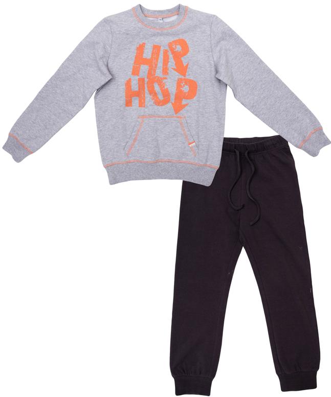 Комплект одежды для мальчиков. 363173363173Уютный хлопковый комплект из толстовки и брюк в спортивном стиле. Толстовка украшена ярким принтом с надписью. Воротник, рукава и низ на резинке, контрастная апельсиновая строчка. Пояс брюк на резинке, дополнительно регулируется шнурком. Внизу трикотажная резинка.