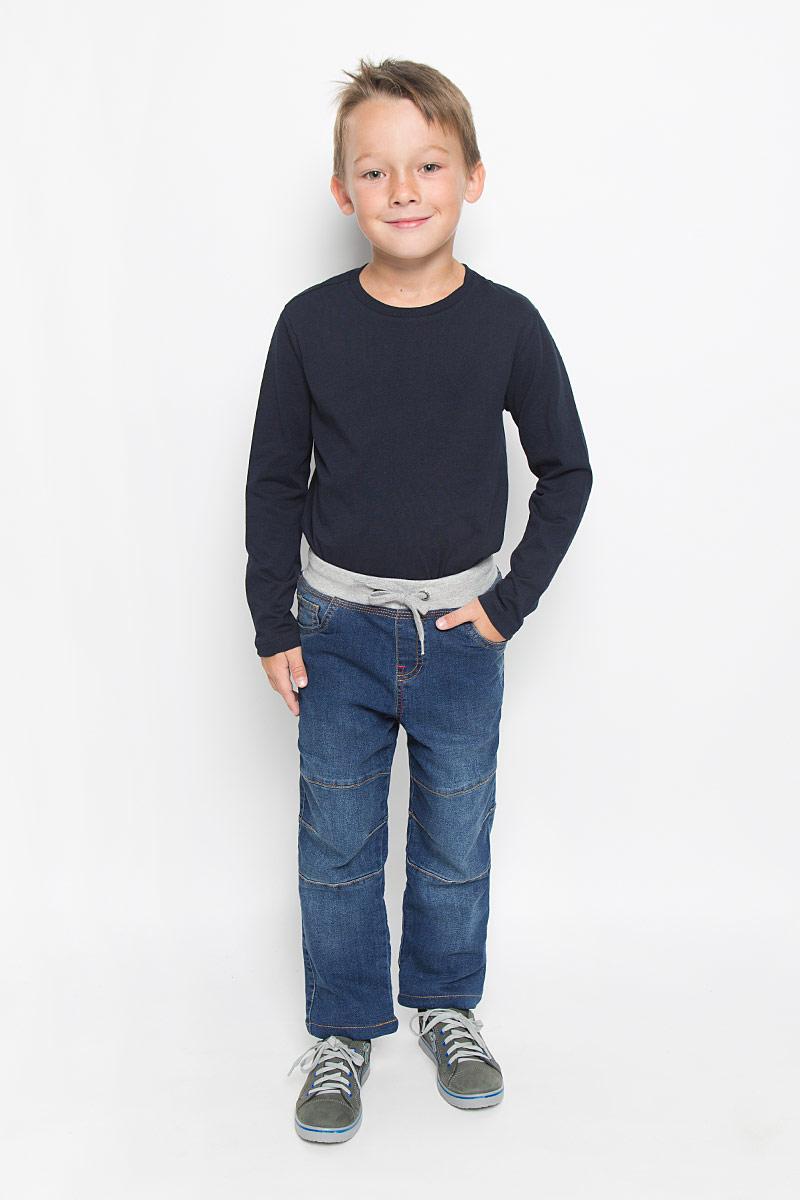 PJ-735/452-6342Стильные утепленные джинсы для мальчика Sela Denim идеально подойдут вашему малышу для отдыха и прогулок. Изготовленные из натурального хлопка с небольшим добавлением полиэстера, они необычайно мягкие и приятные на ощупь, не сковывают движения и позволяют коже дышать, не раздражают даже самую нежную и чувствительную кожу ребенка, обеспечивая ему наибольший комфорт. Подкладка выполнена из 100% хлопка. Джинсы прямого покроя имеют широкую эластичную резинку со шнурком на талии и имитацию ширинки. Модель имеет классический пятикарманный крой: спереди - два втачных кармана и один маленький накладной, а сзади - два накладных кармана. Оформлены джинсы легким эффектом потертости, контрастной прострочкой и декоративными швами на коленках. Оригинальный современный дизайн и расцветка делают эти джинсы модным и стильным предметом детского гардероба. В них ваш маленький модник всегда будет в центре внимания!