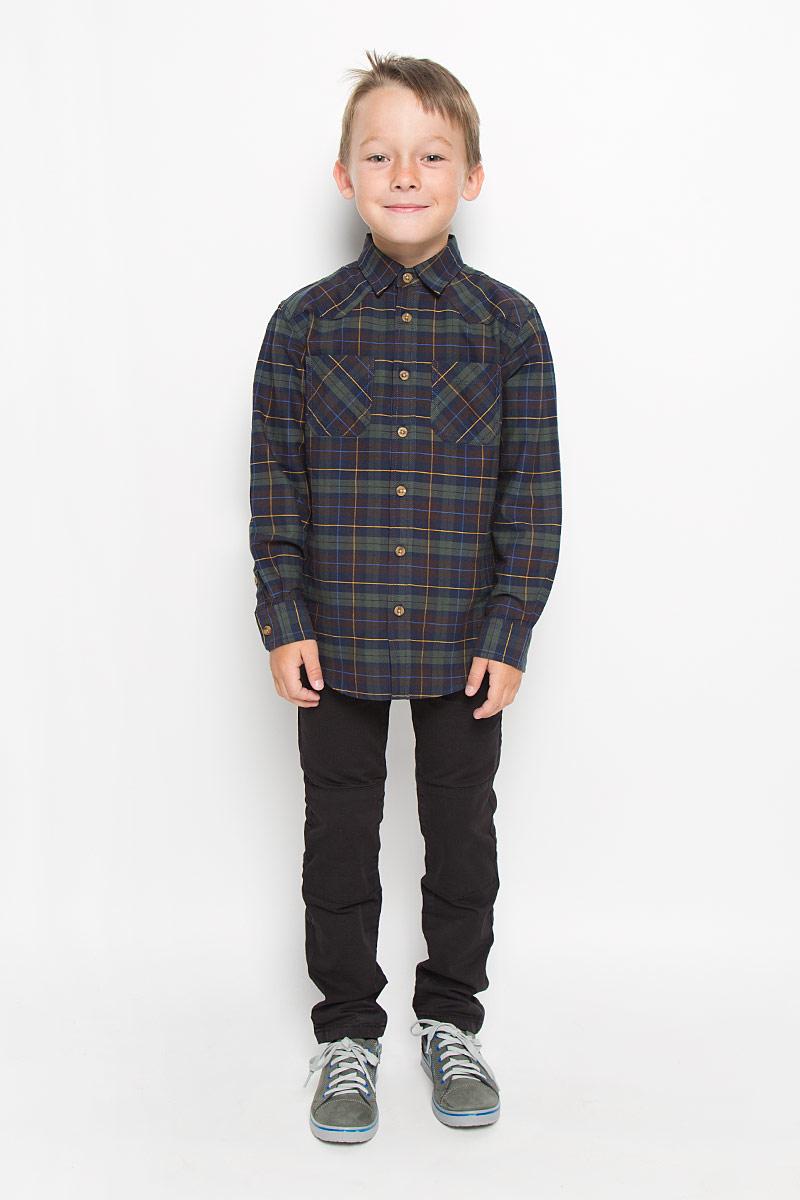 РубашкаH-812/190-6322Стильная рубашка для мальчика Sela, выполненная из натурального хлопка, сделает образ ребенка интересным и оригинальным. Материал мягкий и приятный на ощупь, не сковывает движения и позволяет коже дышать, обеспечивая комфорт. Рубашка с отложным воротником и длинными рукавами застегивается на пуговицы по всей длине. Манжеты рукавов также имеют застежки-пуговицы. На груди расположены накладные карманы. Спинка модели слегка удлинена. Изделие оформлено актуальным принтом в клетку. Современный дизайн, отличное качество и расцветка делают эту рубашку стильным предметом детской одежды. Обладатель такой рубашки всегда будет в центре внимания!