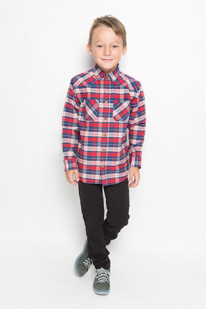 H-812/190-6322Стильная рубашка для мальчика Sela, выполненная из натурального хлопка, сделает образ ребенка интересным и оригинальным. Материал мягкий и приятный на ощупь, не сковывает движения и позволяет коже дышать, обеспечивая комфорт. Рубашка с отложным воротником и длинными рукавами застегивается на пуговицы по всей длине. Манжеты рукавов также имеют застежки-пуговицы. На груди расположены накладные карманы. Спинка модели слегка удлинена. Изделие оформлено актуальным принтом в клетку. Современный дизайн, отличное качество и расцветка делают эту рубашку стильным предметом детской одежды. Обладатель такой рубашки всегда будет в центре внимания!