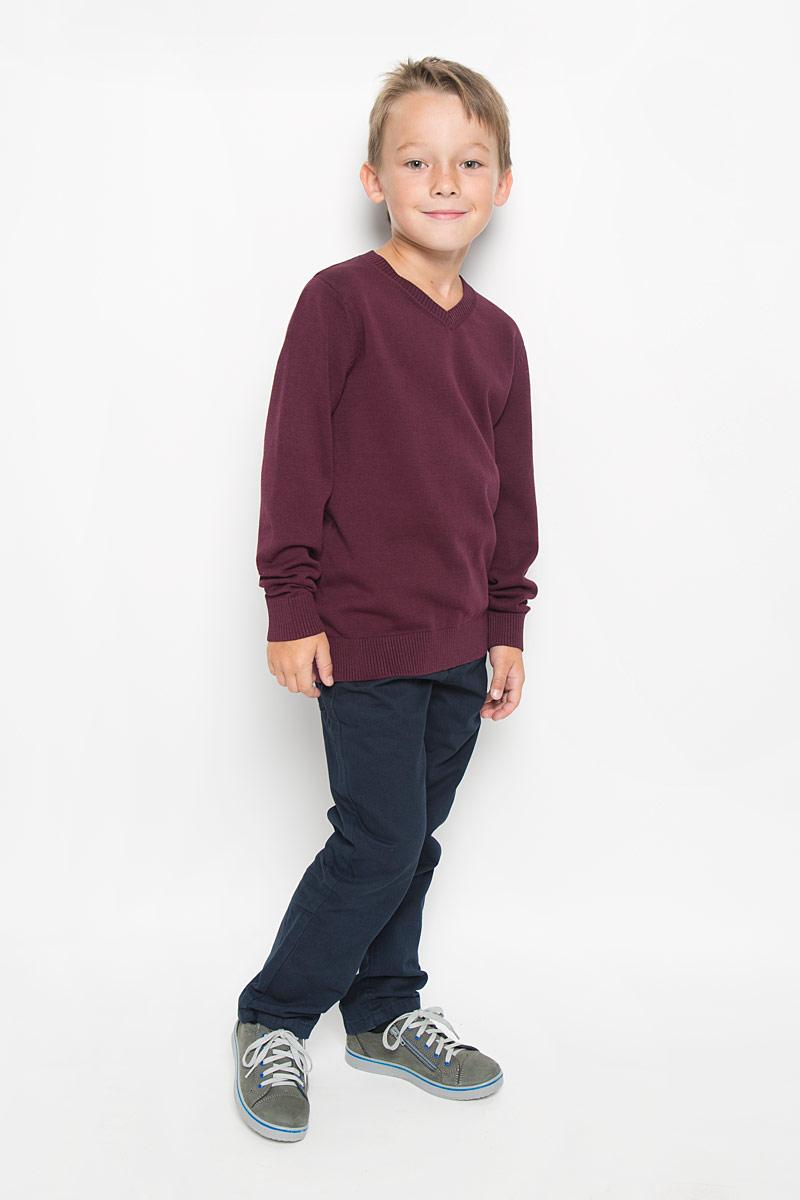 ПуловерJR-814/250-6332Пуловер для мальчика Sela выполнен из натурального хлопка. Материал изделия мягкий и тактильно приятный, не стесняет движений и обладает высокими дышащими свойствами. Классическая модель с длинными рукавами и V-образным вырезом горловины прекрасно сочетается с рубашками. Низ изделия, манжеты и горловина связаны крупной резинкой. Пуловер - хорошая альтернатива пиджаку в прохладное время года. Являясь важным атрибутом школьной моды, он обеспечивает тепло и комфорт.