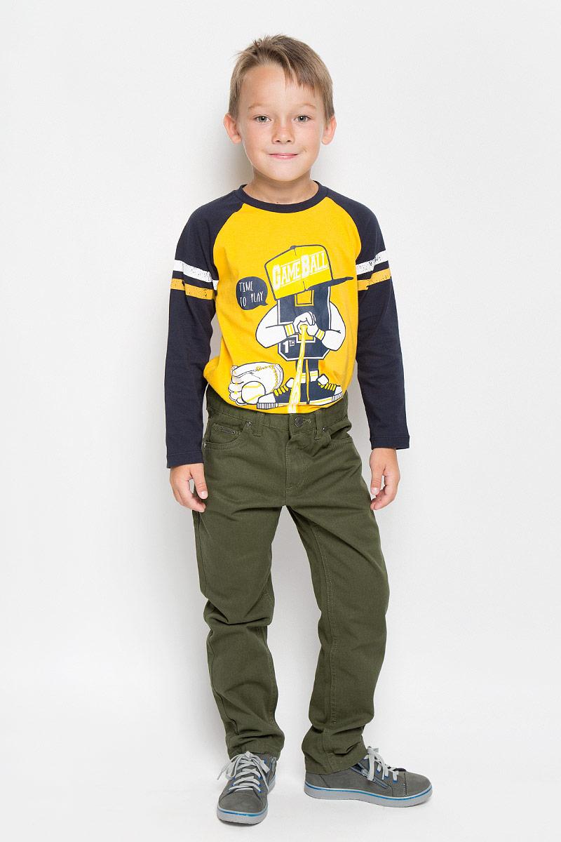 Джинсы для мальчика. P-815/288-6332P-815/288-6332Стильные джинсы Sela станут отличным дополнением к гардеробу вашего мальчика. Изготовленные из натурального хлопка, они необычайно мягкие и приятные на ощупь, не сковывают движения и позволяют коже дышать, не раздражают даже самую нежную и чувствительную кожу ребенка, обеспечивая наибольший комфорт. Джинсы прямого кроя застегиваются на металлическую пуговицу в поясе и ширинку на застежке-молнии. С внутренней стороны пояс дополнен регулируемой эластичной резинкой, которая позволяет подогнать модель по фигуре. На поясе предусмотрены шлевки для ремня. Джинсы имеют классический пятикарманный крой: спереди модель оформлена двумя втачными карманами и одним маленьким накладным кармашком, а сзади - двумя накладными карманами. Современный дизайн и расцветка делают эти джинсы модным и стильным предметом детского гардероба. В них ваш мальчик будет чувствовать себя уютно и комфортно, и всегда будет в центре внимания!
