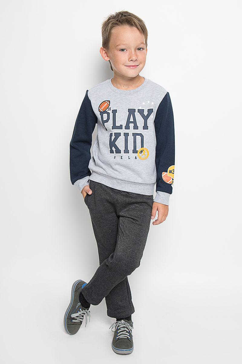 СвитшотSt-713/451-6333Свитшот для мальчика Sela станет ярким дополнением к детскому гардеробу. Изготовленный из натурального хлопка с добавление полиэстера, он приятный на ощупь, не сковывает движения ребенка, позволяет коже дышать. Лицевая сторонаизделия гладкая, изнаночная - с мягким начесом. Свитшот с круглым вырезом горловины и длинными рукавами оформлен принтовой надписью и нашивкой в виде мяча. Левый рукав оформлен термоаппликацией. Вырез горловины, манжеты и низ изделия дополнены трикотажными резинками. Рукава выполнены в контрастном цвете. Современный дизайн и расцветка делают этот свитшот модным предметом детского гардероба. В нем ребенку будет тепло, уютно и комфортно!
