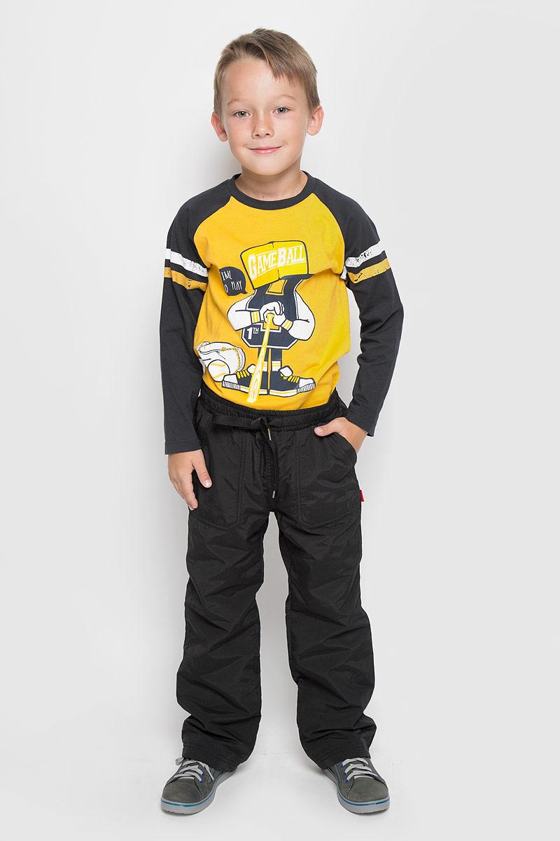 Брюки утепленныеPpf-825/003-6312Утепленные брюки для мальчика Sela идеально подойдут вашему ребенку для отдыха и прогулок. Изготовленные из 100% нейлона на флисовой подкладке, они мягкие и приятные на ощупь, не сковывают движения и позволяют коже дышать, не раздражают даже самую нежную и чувствительную кожу ребенка, обеспечивая ему наибольший комфорт. Брюки прямого кроя на талии имеют широкую эластичную резинку, регулируемую шнурком, благодаря чему, они не сдавливают живот ребенка и не сползают. Спереди предусмотрены два накладных кармана, сзади одни втачным карманом на кнопке. Имеется имитация ширинки. Дополнено изделие светоотражающими вставками, которые не оставят вашего ребенка незамеченным в темное время суток. Такие брюки станут модным и стильным предметом детского гардероба.