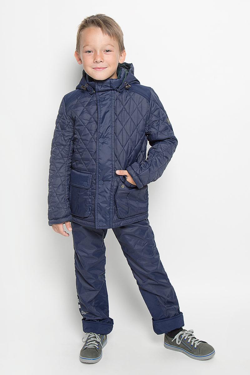 64062_BOB_вар.1Стильная стеганая куртка Boom! идеально подойдет для вашего мальчика в прохладное время года. Модель изготовлена из 100% полиэстера. Подкладка, выполненная из полиэстера с добавлением вискозы, приятная на ощупь. В качестве утеплителя используется синтепон - 100% полиэстер. Куртка с воротником-стойкой застегивается на застежку-молнию и оснащена ветрозащитным клапаном на кнопках. Съемный капюшон фиксируется с помощью пуговиц и дополнен эластичным шнурком с металлическими стопперами. Изделие дополнено спереди двумя накладными карманами с клапанами на кнопках. Нижняя часть спинки оформлена фирменной светоотражающей нашивкой, один из рукавов - нашивкой с названием бренда. Хлястики с кнопками по бокам позволяют отрегулировать нужный объем. Такая стильная куртка станет прекрасным дополнением к гардеробу вашего мальчика, она подарит комфорт и тепло.