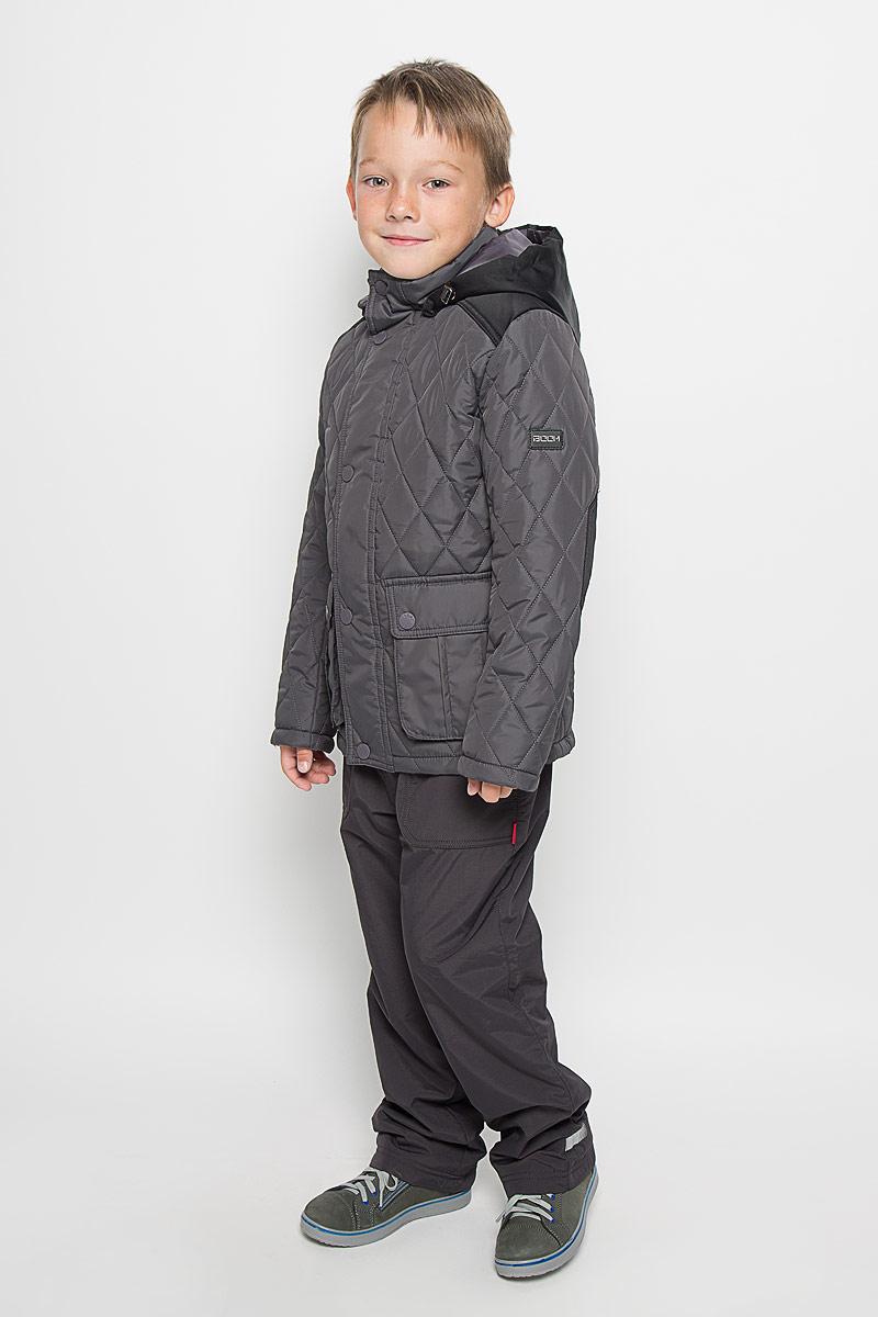 Куртка64062_BOB_вар.1Стильная стеганая куртка Boom! идеально подойдет для вашего мальчика в прохладное время года. Модель изготовлена из 100% полиэстера. Подкладка, выполненная из полиэстера с добавлением вискозы, приятная на ощупь. В качестве утеплителя используется синтепон - 100% полиэстер. Куртка с воротником-стойкой застегивается на застежку-молнию и оснащена ветрозащитным клапаном на кнопках. Съемный капюшон фиксируется с помощью пуговиц и дополнен эластичным шнурком с металлическими стопперами. Изделие дополнено спереди двумя накладными карманами с клапанами на кнопках. Нижняя часть спинки оформлена фирменной светоотражающей нашивкой, один из рукавов - нашивкой с названием бренда. Хлястики с кнопками по бокам позволяют отрегулировать нужный объем. Такая стильная куртка станет прекрасным дополнением к гардеробу вашего мальчика, она подарит комфорт и тепло.