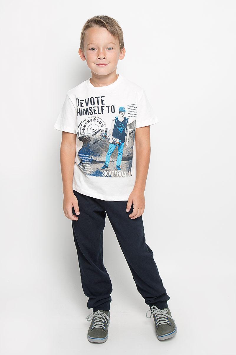 Ts-811/1034-6333Футболка для мальчика Sela станет отличным дополнением к детскому гардеробу. Изготовленная из натурального хлопка, она необычайно мягкая и приятная на ощупь, не сковывает движения и позволяет коже дышать, не раздражает даже самую нежную и чувствительную кожу ребенка, обеспечивая ему наибольший комфорт. Футболка с короткими рукавами и круглым вырезом горловины оформлена спереди оригинальным принтом. Вырез горловины дополнен трикотажной резинкой. Современный дизайн и расцветка делают эту футболку стильным предметом детской одежды. В ней юный модник будет чувствовать себя комфортно и всегда будет в центре внимания!