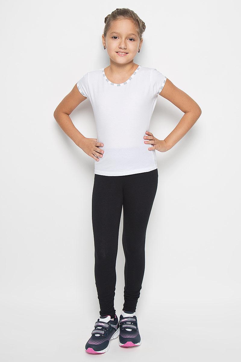 GF-130Футболка для девочки Lowry выполнена их хлопка с добавлением лайкры, необычайно мягкая, очень приятная к телу, не сковывает движения, хорошо пропускает воздух. Модель с круглым вырезом горловины и короткими рукавами. Горловина и низ рукавов обработаны эластичными бейками. В такой футболке ваша маленькая принцесса будет чувствовать себя комфортно и уютно во время отдыха!