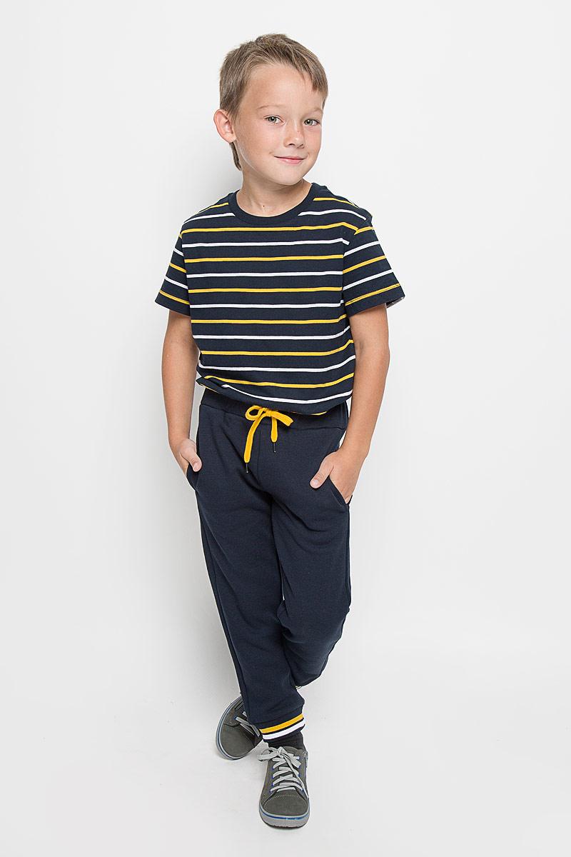 БрюкиPk-715/770-6333Стильные брюки Sela идеально подойдут вашему маленькому мужчине для отдыха и прогулок. Изготовленные из хлопка с добавлением полиэстера, они необычайно мягкие и приятные на ощупь, не сковывают движения малыша и позволяют коже дышать, не раздражают даже самую нежную и чувствительную кожу ребенка, обеспечивая ему наибольший комфорт. Брюки прямого кроя на талии имеют широкую эластичную резинку со шнурком, не сдавливающую животик ребенка. Низ штанин дополнен трикотажными резинками. Изнаночная сторона - с мягким теплым начесом. Спереди брюки дополнены двумя втачными карманами Оригинальный современный дизайн и модная расцветка делают эти брюки стильным предметом детского гардероба. В них ваш ребенок всегда будет в центре внимания!