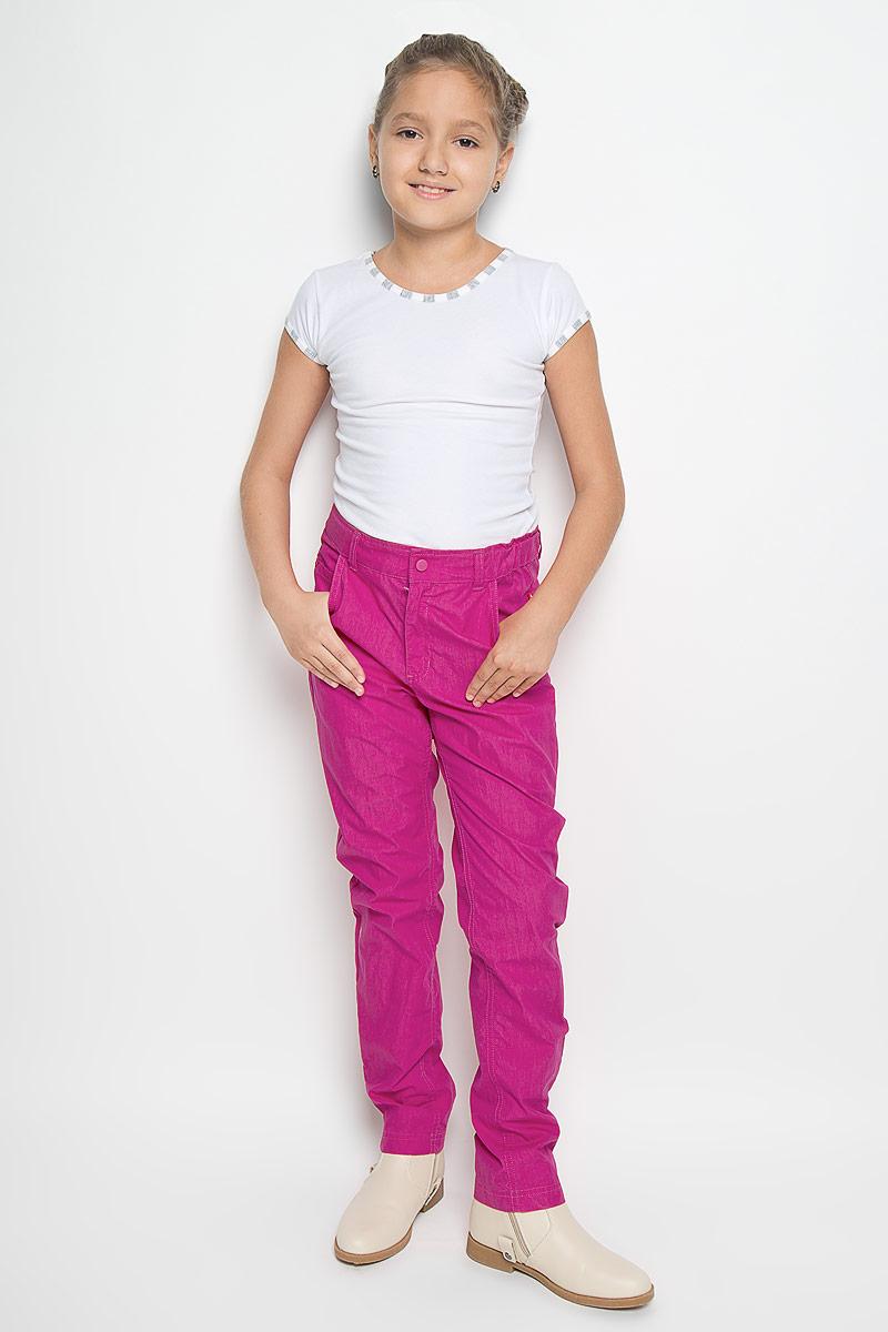 Брюки532055_4690Легкие брюки для девочки Reima Ingres изготовлены из водо- и грязеотталкивающего материала - хлопка с добавлением полиамида. Брюки прямого кроя на талии имеют широкий эластичный пояс на застежке-кнопке, также имеются шлевки для ремня и ширинка на пластиковой застежке-молнии. С внутренней стороны пояс регулируется резинкой на пуговицах, что обеспечивает отличную посадку. Спереди брючки дополнены двумя втачными карманами и маленьким накладным кармашком, а сзади - прорезным карманом. Такие брюки послужат отличным дополнением к детскому гардеробу!
