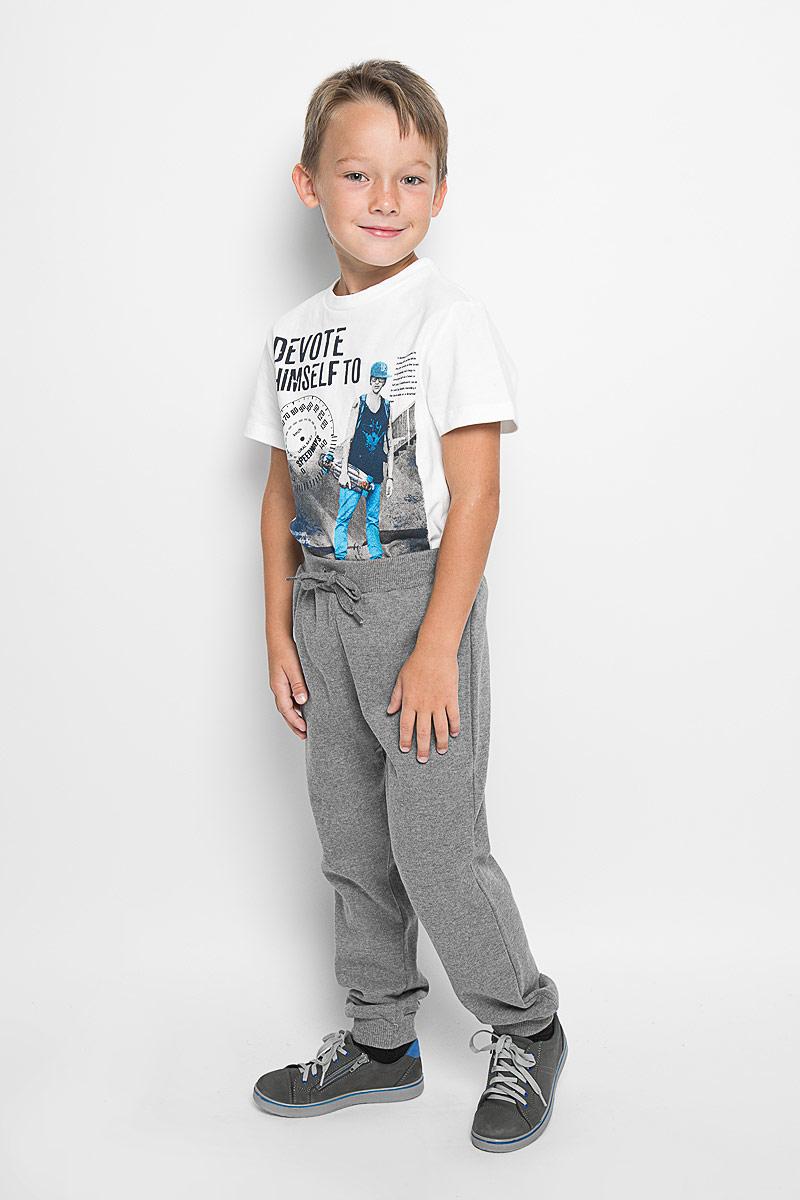 Брюки для мальчика. Pk-815/290-6332Pk-815/290-6332Стильные брюки для мальчика идеально подойдут вашему маленькому мужчине для отдыха и прогулок. Изготовленные из хлопка с добавлением полиэстера, они необычайно мягкие и приятные на ощупь, не сковывают движения малыша и позволяют коже дышать, не раздражают даже самую нежную и чувствительную кожу ребенка, обеспечивая ему наибольший комфорт. Брюки прямого кроя на талии имеют широкую эластичную резинку со шнурком, не сдавливающую животик ребенка. Низ штанин дополнен трикотажными резинками. Оригинальный современный дизайн и модная расцветка делают эти брюки модным и стильным предметом детского гардероба. В них ваш ребенок всегда будет в центре внимания!