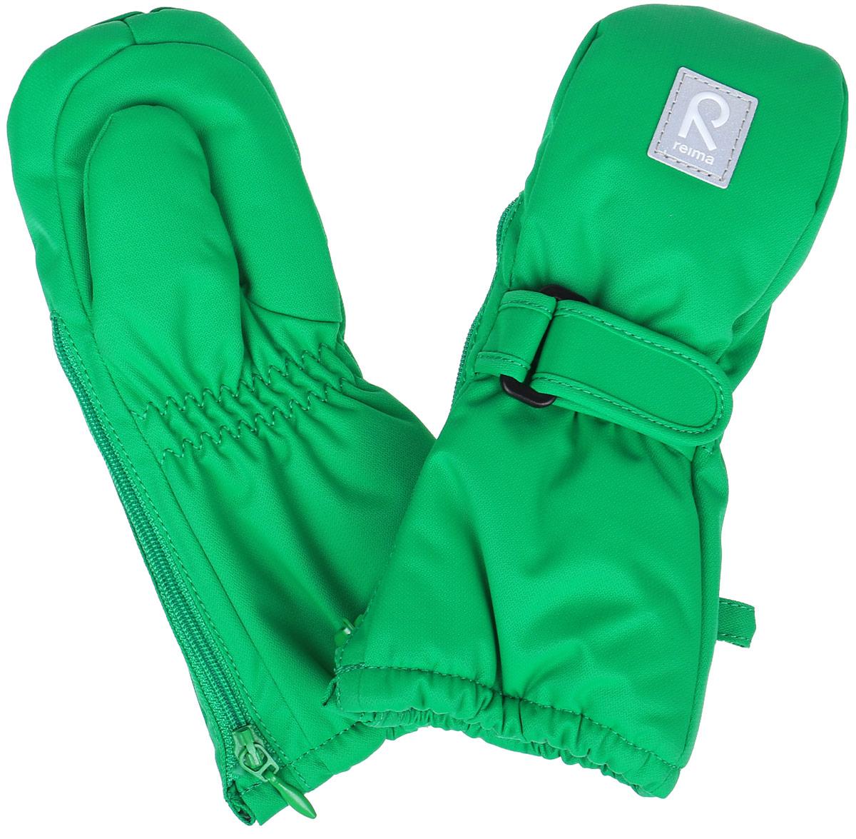 Варежки детские. 517085517085_1810Детские варежки Reima Tassu, изготовленные из мембранной ткани с водо- и ветрозащитным покрытием, станут идеальным вариантом для холодной погоды. Мягкая подкладка выполнена из полиэстера. В качестве утеплителя также используется полиэстер, который хорошо удерживает тепло. Сбоку изделия расположена длинная молния, благодаря которой варежки легко надеваются на маленькие ручки. С внешней стороны они дополнены хлястиками на липучках. Край варежек и запястья присборены на эластичные резинки, препятствующие попаданию снега. Предусмотрены светоотражающие вставки для безопасности в темное время суток. Средняя степень утепления. Идеально при температурах от -0°С до -20°С.