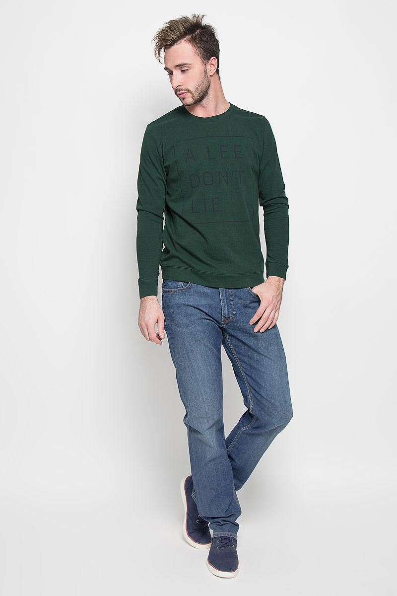 ДжинсыL730AAMLМужские джинсы Lee Blake станут стильным дополнением к вашему гардеробу. Изготовленные из хлопка с добавлением эластомультиэстера, они мягкие, тактильно приятные, позволяют коже дышать. Джинсы прямого кроя застегиваются на поясе на металлическую пуговицу и имеют ширинку на застежке- молнии, а также шлевки для ремня. Спереди расположены два втачных кармана и один маленький накладной, сзади - два накладных кармана. Изделие оформлено легким эффектом потертости и декорировано контрастной отстрочкой. Современный дизайн и расцветка делают эти джинсы модным предметом мужской одежды. Такая модель подарит вам комфорт в течение всего дня.