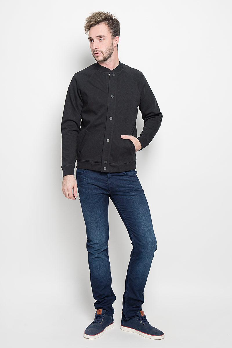 КурткаL88BGL02Мужская куртка-бомбер Lee, изготовленная из хлопка с добавлением полиэстера, смотрится модно и стильно. Куртка с небольшим трикотажным воротником-стойкой застегивается на металлические кнопки. Спереди расположены два прорезных кармана. Низ модели и манжеты рукавов дополнены трикотажными резинками. Современный дизайн, отличное качество и расцветка делают эту куртку-бомбер стильным и практичным предметом мужской одежды.