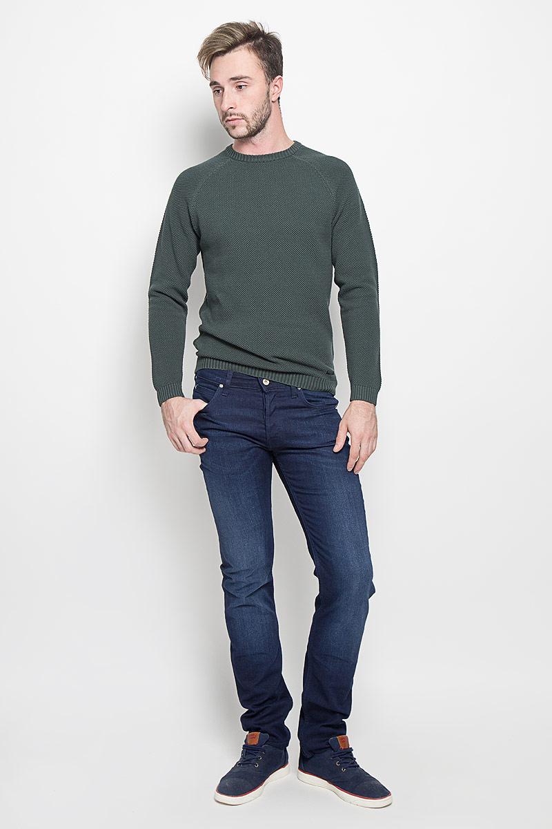 ДжинсыL704WVDRМужские джинсы Lee Powell станут стильным дополнением к вашему гардеробу. Изготовленные из хлопка с добавлением эластомультиэстера, они мягкие, тактильно приятные, позволяют коже дышать. Джинсы застегиваются по поясу на металлическую пуговицу и имеют ширинку на пуговицах, а также шлевки для ремня. Спереди расположены два втачных кармана и один маленький накладной, сзади - два накладных кармана. Изделие оформлено легким эффектом потертости. Современный дизайн и расцветка делают эти джинсы модным предметом мужской одежды. Такая модель подарит вам комфорт в течение всего дня.