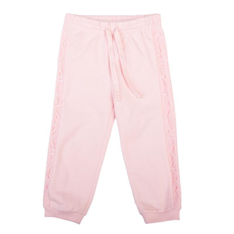 368013Уютные розовые брюки из футера с начесом. Нежная кружевная отделка по бокам. Пояс на резинке, дополнительно регулируется тесьмой со сверкающей люрексной нитью. Низ штанишек на трикотажной резинке.