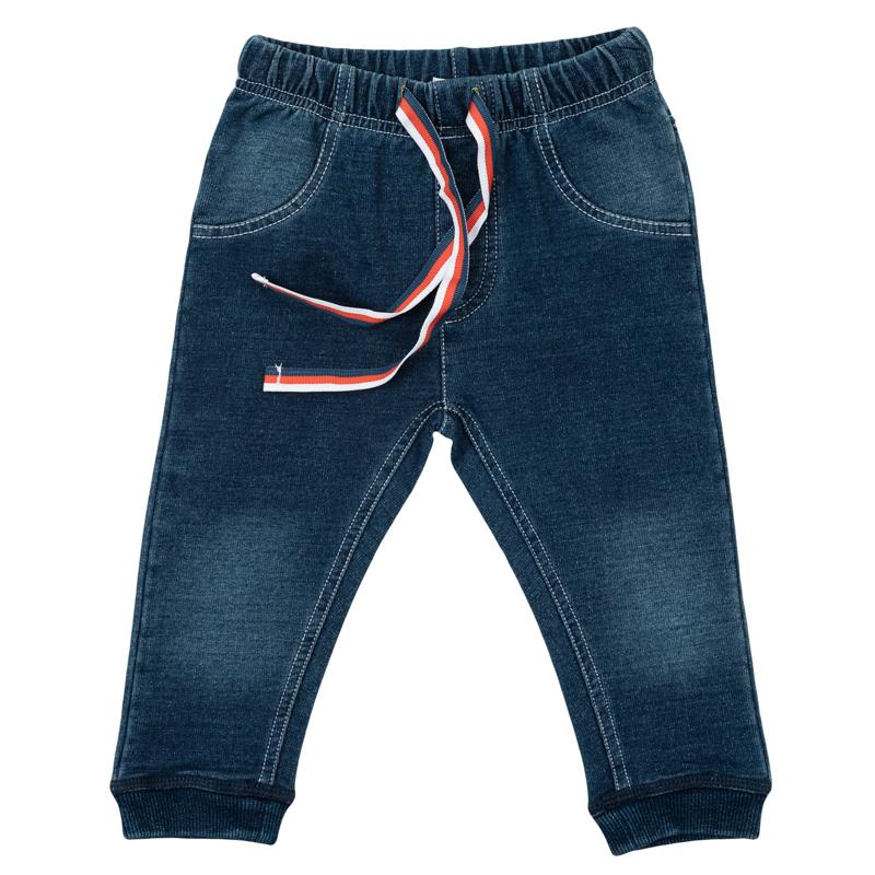Брюки367805Стильные брюки для мальчика выполнены из френч терри с имитацией джинсовой ткани - малыш будет выглядеть как взрослый. Пояс на мягкой резинке дополнительно регулируется яркой тесьмой. Края штанишек обработаны яркой радужной стежкой. Низ брючин дополнен мялкой резинкой.