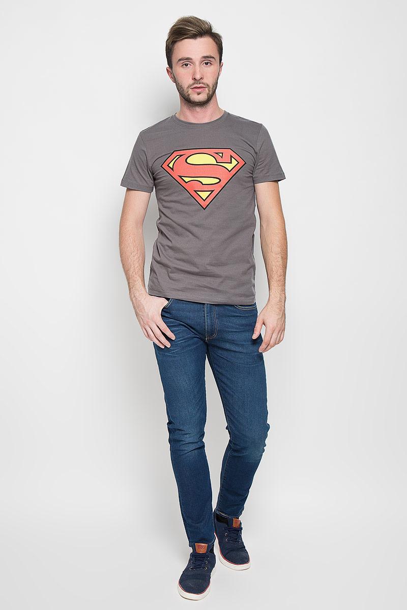 44671Оригинальная мужская футболка RHS Superman, выполненная из высококачественного хлопка, обладает высокой теплопроводностью, воздухопроницаемостью и гигроскопичностью, позволяет коже дышать. Модель с короткими рукавами и круглым вырезом горловины, оформлена крупным принтом спереди на тематику известного комикса Superman. Горловина дополнена эластичной трикотажной резинкой. Идеальный вариант для тех, кто ценит комфорт и качество.