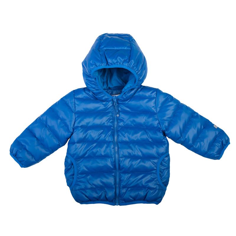 367003Яркая стеганая куртка для мальчика. Внутри уютная хлопковая подкладка. Застегивается на молнию с защитой подбородка и фигурным пуллером. Капюшон, рукава и низ на мягкой резиночке.