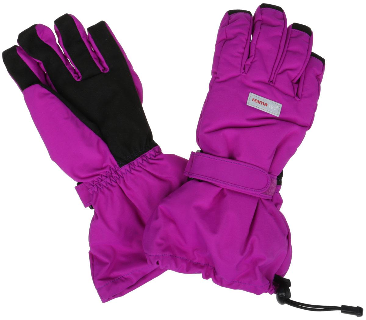 527172_9990Детские перчатки Reimatec, изготовленные из мембранной ткани с водо- и ветрозащитным покрытием, станут идеальным вариантом для холодной зимней погоды. На подкладке используется мягкий флис, который хорошо удерживает тепло. Для большего удобства на запястьях перчатки дополнены хлястиками на липучках с внешней стороны, а на ладошках, кончиках пальцев и с внутренней стороны большого пальца - усиленными вставками Hipora. Манжеты по краю регулируются эластичными кулисками со стопперами. С внешней стороны перчатки оформлены светоотражающими нашивками в виде фирменного логотипа бренда. Средняя степень утепления. Идеально при температурах от 0°С до -20°С.