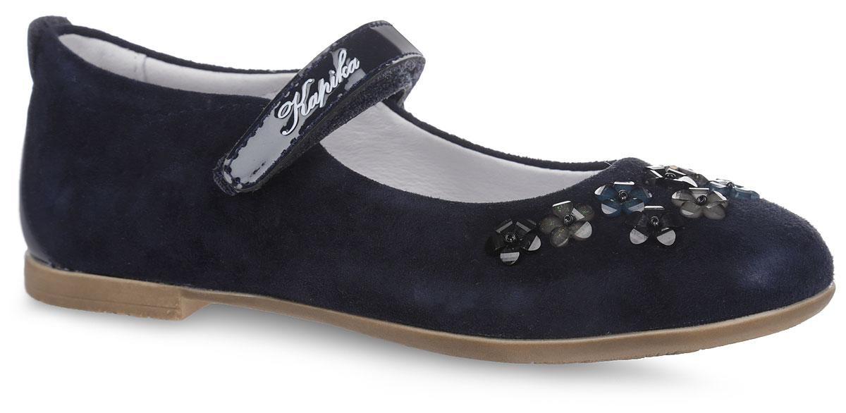 Туфли для девочки. 2234722347Прелестные туфли от Kapika не оставят вашу юную модницу равнодушной. Модель изготовлена из натуральной кожи. Задник дополнен нашивкой из лакированной искусственной кожи. Носок оформлен декоративными элементами в виде цветков. Модель надежно фиксируется на ноге с помощью ремешка с застежкой-липучкой, оформленного надписью с названием бренда. Внутренняя поверхность, выполненная из натуральной кожи, обеспечивает комфорт и предотвращает натирание. Стелька дополнена небольшим супинатором с перфорацией, который обеспечивает правильное положение стопы ребенка при ходьбе и предотвращает плоскостопие. Подошва оснащена небольшим каблуком и изготовлена из легкого и гибкого ТЭП-материала. Рифленая поверхность подошвы обеспечит отличное сцепление с любой поверхностью. Такие модные и практичные туфли займут достойное место в гардеробе вашей девочки.