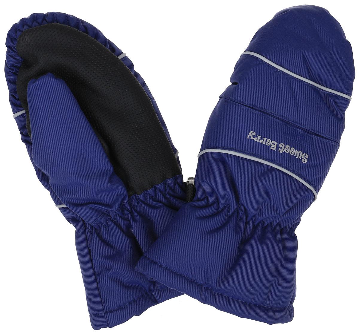 186378Варежки для мальчика Sweet Berry, изготовленные из водонепроницаемой и ветрозащитной ткани, идеально подойдут для вашего ребенка в холодное время года. Водо- и грязеотталкивающее покрытие повышает износостойкость модели, что обеспечит ей хороший внешний вид на всем протяжении носки. В качестве наполнителя используется полиэстер, который отлично сохраняет тепло. Для большего комфорта подкладка варежек выполнена из мягкого и теплого флиса. Варежки с широкими манжетами на запястьях присборены на эластичные резинки, которые препятствуют попаданию снега. На ладошках и больших пальцах модель дополнена специальными вставками из прорезиненного материала. Имеются светоотражающие элементы для безопасности в темное время суток. Варежки фиксируются между собой. Рекомендуемый температурный режим до -30°С.