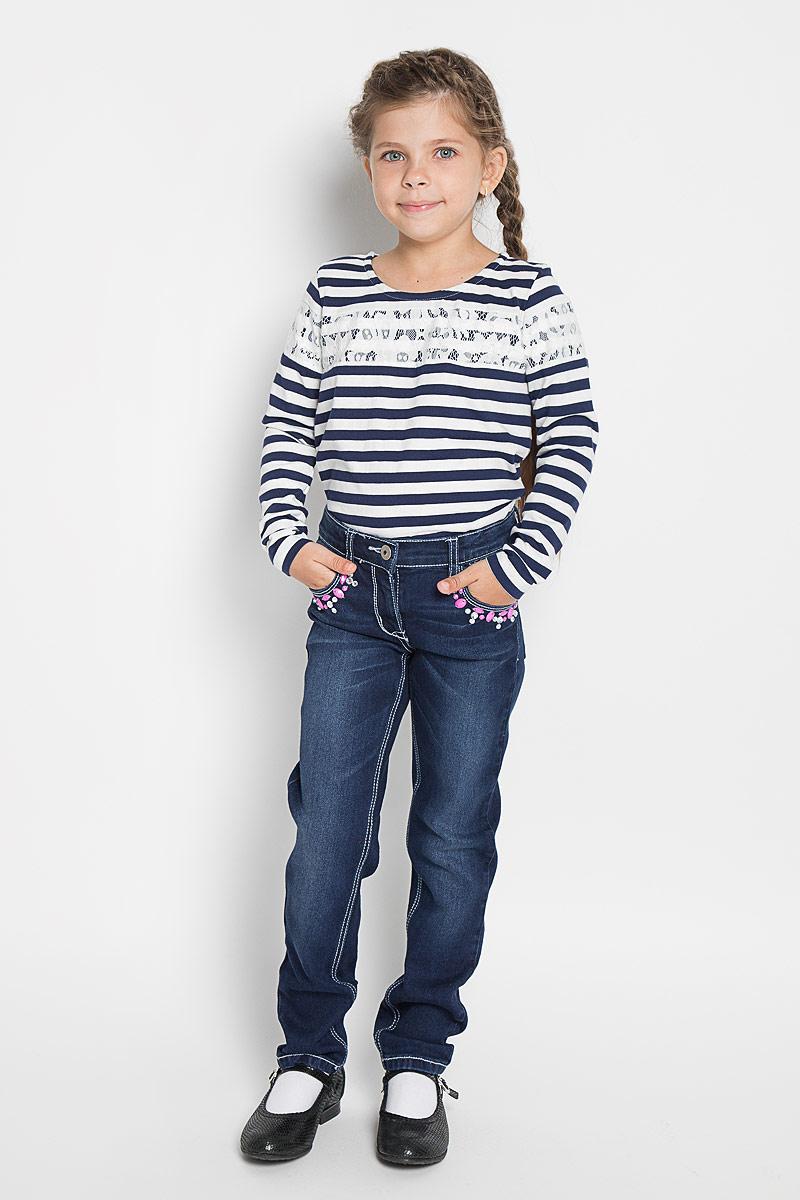 Джинсы362076Удобные джинсы PlayToday для девочки идеально подойдут вашей маленькой моднице. Изготовленные из эластичного хлопка с добавлением полиэстера, они мягкие и приятные на ощупь, не сковывают движения, сохраняют тепло и позволяют коже дышать, обеспечивая наибольший комфорт. Джинсы прямого покроя на талии застегиваются на металлическую пуговицу, также имеются ширинка на застежке-молнии и шлевки для ремня. С внутренней стороны пояс регулируется резинкой на пуговицах. Спереди джинсы дополнены двумя втачными карманами со скошенными краями, а сзади - двумя накладными карманами. Передние карманы украшены крупными стразами. Современный дизайн и расцветка делают эти джинсы стильным и практичным предметом детского гардероба. В них ваш ребенок всегда будет в центре внимания!